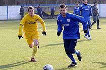 Cenu pro nejlepšího fotbalistu roku na Břeclavsku získal hráč MSK Pavel Simandl (v modrém).