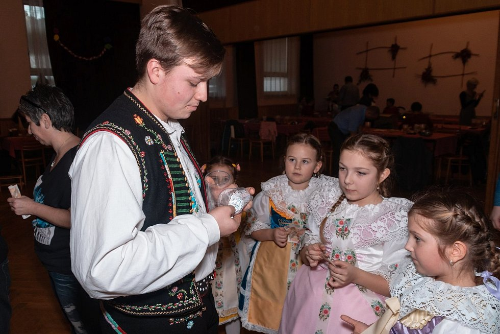 V tombole na dětském krojovém plese v Hustopečích vyhrály děti lístky do aqualandu, kina i poukázky na párek v rohlíku.