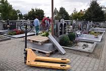 Vrbičtí mění dlažbu na hřbitově, osvětlení, a budují ozvučení. Restaurace se dočká také přilehlá mohyla míru.