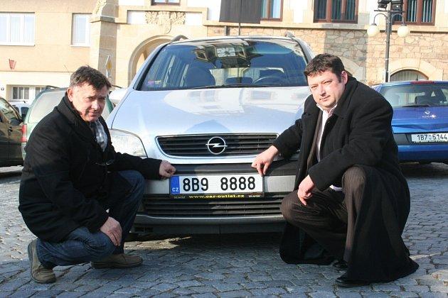 Starosta Němčiček Petr Slezák (vpravo) a místostarosta Hustopečí Libor Sadílek se radovali nejen znového auta pro němčičskou Domovinku, ale izunikátní poznávací značky. Ta neposlouží prominentům, nýbrž starým a nemocným lidem.