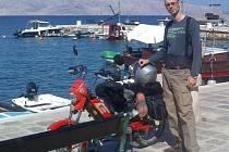 Dvaadvacetiletý Miroslav Hochman po příjezdu do Chorvatska. Spolu s šedesátníkem Miroslavem Fabikovičem se nezalekli a na dvou mopedech se vydali z Břeclavi vstříc této výzvě.
