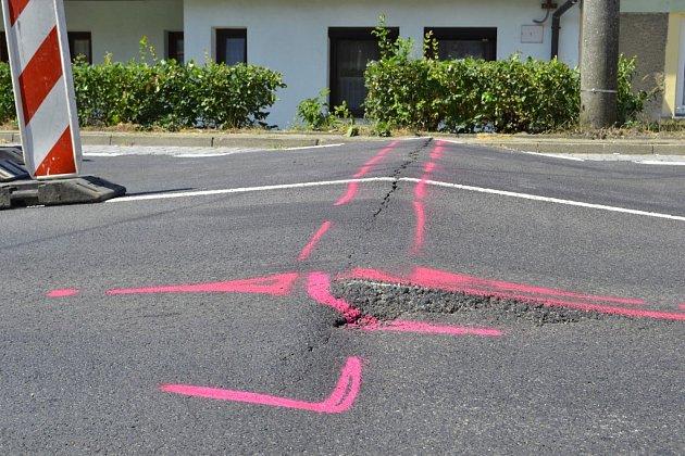 Při průjezdu Starovičkami řidiči narazí na vzedmutou silnici. Ta se přitom nedávno stala součástí oprav desetikilometrového úseku souběžného sdálnicí D2.