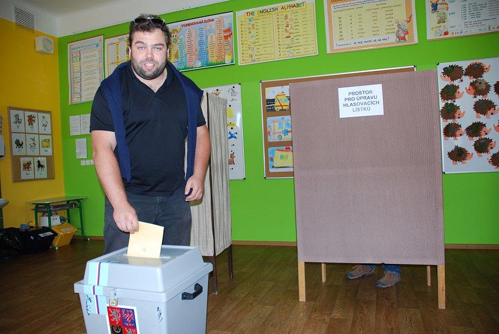 Brzy v pátek odvolil Jakub Matuška, lídr opozičního sdružení Mladí a neklidní. Komunální volby v Břeclavi na Základní škole Jana Noháče.