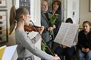 Výstavu Šperk a žena záhajili v úterý v břeclavské Galerii 99. Vernisáž doprovodilo také hudební vystoupení. Své výtvory z kovu i ze dřeva tam vystavují Eliška Kováříková s Antonínem Vojtkem.