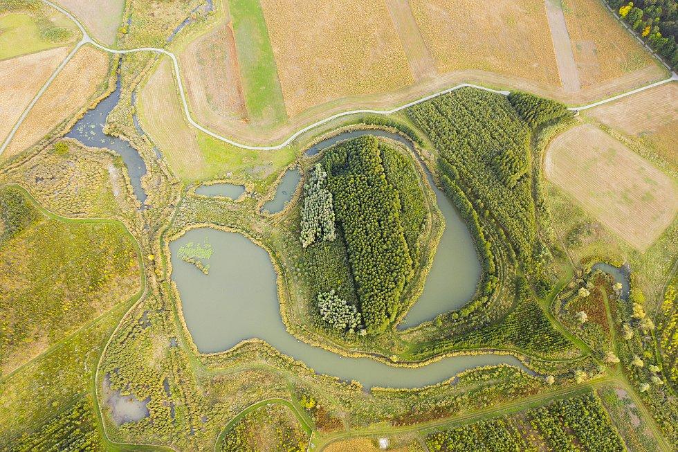 Oblast, na jejíž obnově se svým projektem výrazně podílel krajinářský architekt Přemysl Krejčiřík se svým týmem, se za posledních sedmnáct let rozšířila o sto hektarů lesa. Uměle vzniklo na čtrnáct nových tůní a jezera s rozlohou dvaačtyřiceti hektarů. Os