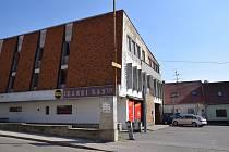 STARÝ DŮM MIKULOV, KOMENSKÉHO. V blízkosti kostela sv. Jana Křtitele v Komenského ulici v Mikulově se nachází budova bývalého družstva Galant, kde se dříve šilo. Nyní tam sídlí společnost Emipo, tradiční výrobce školních batohů.