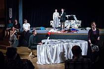 Divadlem chtějí propojit místní a oživit zájem o dlouho chátrající mikulovský Národní dům. Projekt skupiny divadelníků podpořila i Nadace Via. Zařadila ho do projektu Živá komunita.