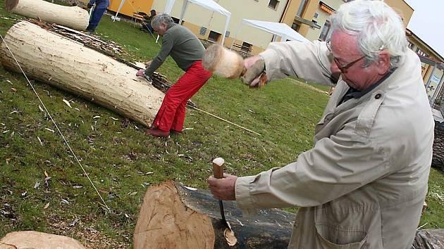 před lázeňským hotelem v Lednici se činí šestice dřevosochařů