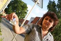 Marcela Krištofová drží předmět, který zřejmě rozbil okno.