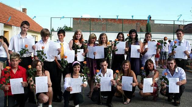 Žáci základní školy v Charvátské dostali vysvědčení a zahráli divadlo.