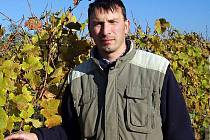 Vinař Marek Štýbl z Velkých Němčic ve svém vinohradě.