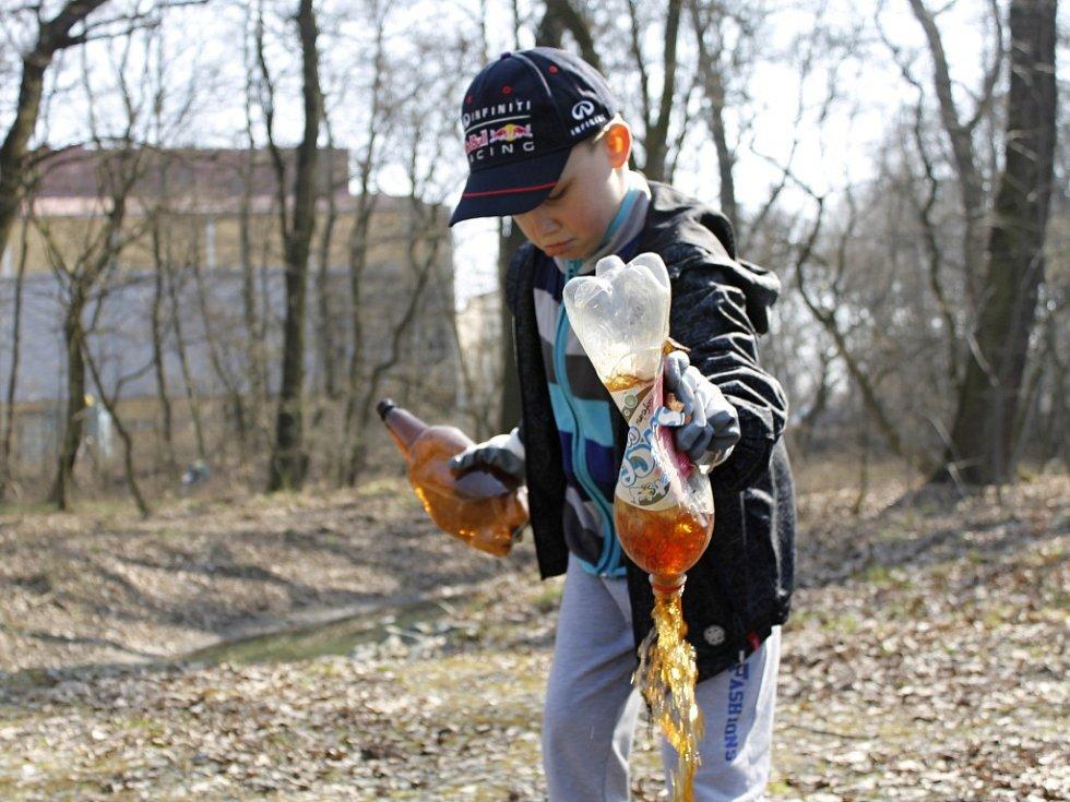 Dobrovolníci v sobotu uklízeli příměstskou krajinu v Břeclavi. Sešly se jich desítky. Na málo práce si lidé stěžovat nemohli. V přírodě našli bezpočet odhozených PET lahví, velkou pneumatiku a další odpadky.
