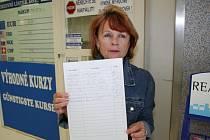 Pracovnice mikulovské směnárny ukazuje jeden z petičních archů.