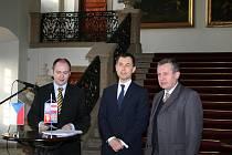 Ministr dopravy Gustáv Slamečka přijel spolu s jihomoravským hejtmanem Michalem Haškem a velvyslancem České republiky v Rakousku Janem Koukalem do Mikulova jednat o rychlostní silnici R52.