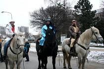 Tři králové projížděli Břeclaví na koních.