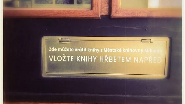 Nový Bibliobox u vchodu do knihovny v Mikulově.
