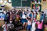 Děti z 2. B ZŠ Nádražní v Hustopečích se radují z prvního vysvědčení.