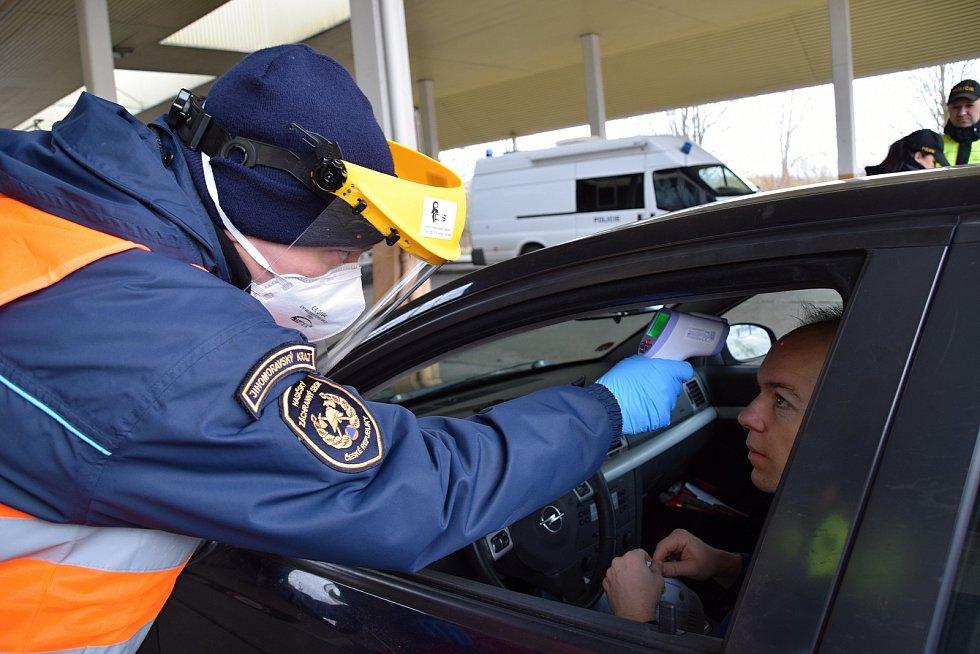 Policisté s hasiči namátkově kontrolují auta na hraničním přechodu z rakouského Drasenhofenu do Mikulova.