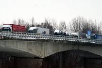 Kolona kamionů u hraničního přechodu se Slovenskem. Ilustrační foto.