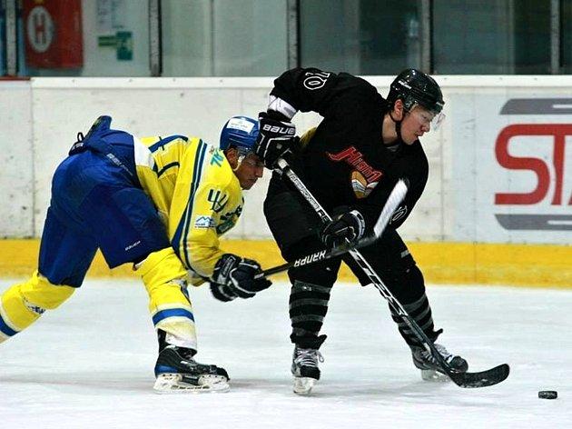 Jihokorejci z týmu High1 v Břeclavi ukázali, že hokej hrát umí. Na snímku brání Adam Šidák útok Asiata z černé letky.