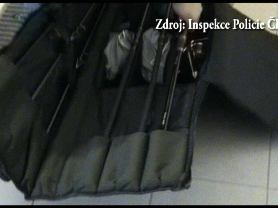 Policista přijímal i dary, například v podobě rybářského vybavení.