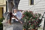 Své umění předváděla na čestném nádvoří zámku provazochodkyně Kristýna Tvrdíková