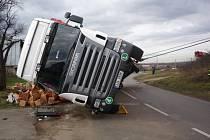 Nehoda tahače s návěsem zablokovala frekventovanou silnici.