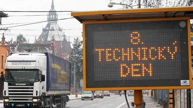 Jedna informační tabule stála ve čtvrtek u křižovatky v Poštorné, kousek za přechodem pro chodce.