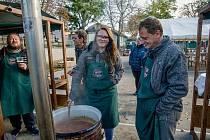 K prvnímu ročníku soutěže ve vaření guláše se sešli nadšenci v Rakvicích. Pořadatelé Rakvického kotlíku přivítali devět družstev a na dvě stovky návštěvníků.