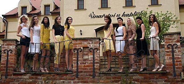 Deset finalistek druhého ročníku soutěže Miss Víno, která snoubí dívčí krásu se znalostí vína, se poprvé představilo veřejnosti. Vzaječském Retro Clubu.