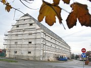 Budova bývalé sýpky ve Velkých Pavlovicích je v rukou dělníků. Z budovy vzniknout Centrum moravských tradic s hotelem. Ilustrační foto.