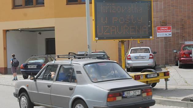 Silnice u hlavní pošty v Břeclavi je od pondělí do konce června uzavřená. Řidiči musí zvolit pro projetí objízdnou trasu. Opravuje se tam vodovod a kanalizace.