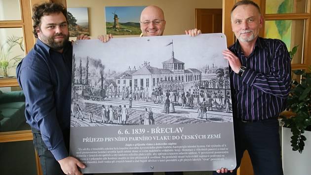 Pamětní deska na břeclavském nádraží připomene příjezd prvního vlaku.