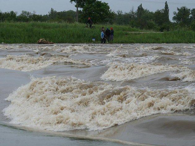 Výška hladiny řeky Moravy za Lanžhotem se v pondělí odpoledne přiblížila hodnotě z loňského března. Zmizel i splav kousek od hraničního mostu.