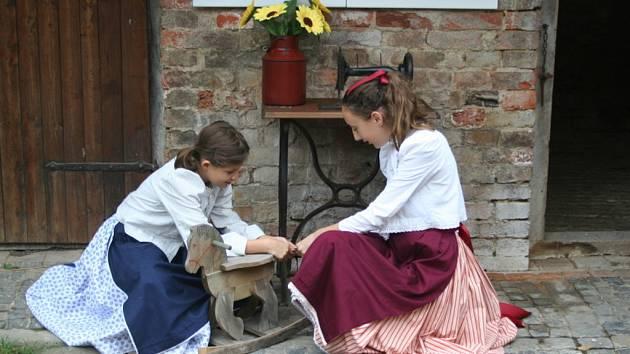 V krumvířském muzeu návštěvníky provázejí dcery nových správkyň historického domu v dochovaném lidovém oděvu.