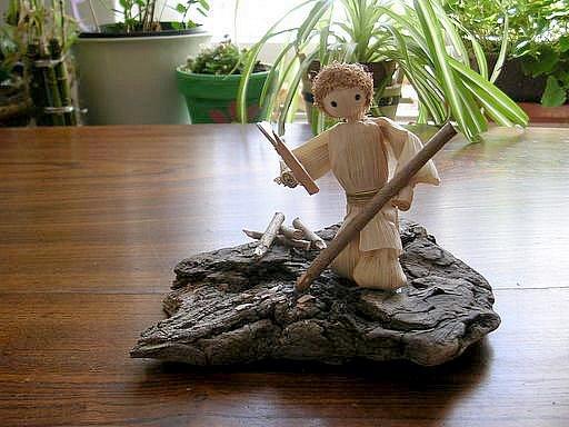 Ilona Plšková vyrábí figurky z kukuřičného šustí.