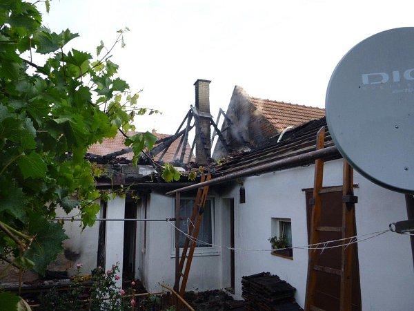 VMorkůvkách shořel rodinný dům, majitel se popálil na noze.