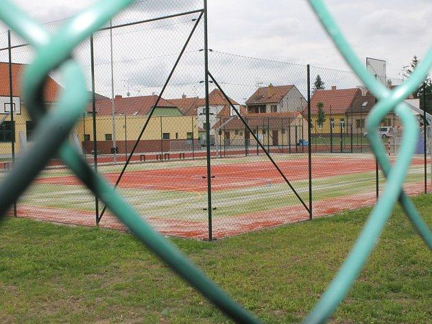 Ve Valticích vybudovali vedle sportovní haly i nové hřiště s běžeckou dráhou.