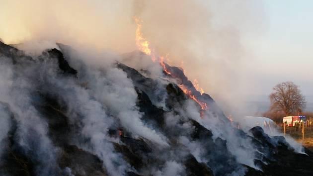 Plameny zachvátily v úterý odpoledne zhruba sto metrů dlouhý stoh nedaleko Kobylí. Na místo vyrazilo hned devět jednotek hasičů. Polovina stohu přesto lehla popelem. Přivolaný nakladač stoh rozdělil. Hořící část se pod dohledem hasičů nechá vyhořet.
