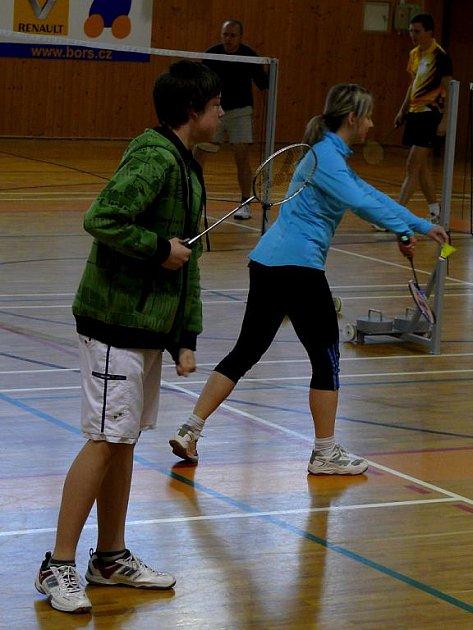 Milovníci badmintonu se sešli ve sportovní hale břeclavské Lokomotivy.