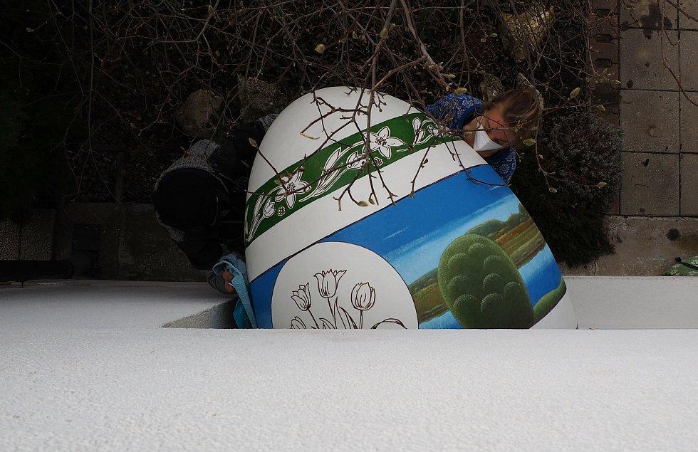 Obří kraslice malíře jižní Moravy Antonína Vojtka, která je zapsaná v České databanky rekordů Agentury Dobrý den Pelhřimov, se v pátek stěhovala na výstavu do Hranic na Přerovsko.