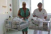 Ředitel břeclavské nemocnice Jiří Jurník převzal v pátek od Nadace Křižovatka patnáct kusů monitorů dechu pro dětské oddělení.