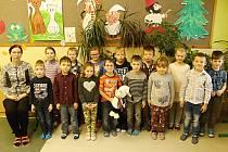 Žáci 1.A Základní školy v Drnholci s třídní učitelkou Hedvikou Škrabalovou.