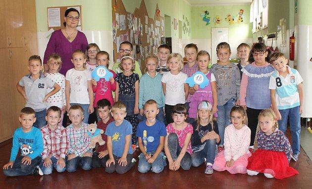 Žáci 1.B ze ZŠ vKomenského ulici vHustopečích spaní učitelkou Danielou Josefíkovou.