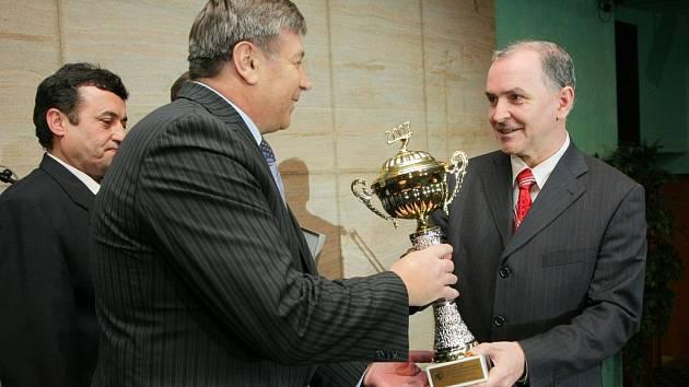 Hejtman Jihomoravského kraje Stanislav Juránek (vpravo) předává cenu za nejlépe hodnocenou kolekci vín řediteli Vína Mikulov Jaroslavu Hlaváčovi.