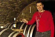 """Vinařství u svatého Martina, které ve Velkých Bílovicích založil Radim Osička, produkuje ročně asi deset tisíc litrů vína. """"Vyrábíme vína přívlastková, jakostní a zemská,"""" říká vinař."""