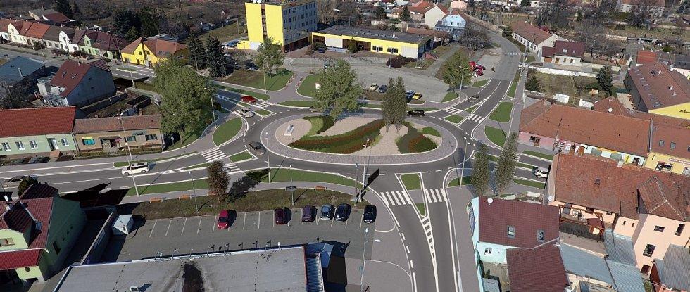 Na hlavním průtahu v centru Pohořelic vyroste nová kruhová křižovatka, ozdobí ji kapr od uměleckého kováře. Na snímku je vidět zatím jen jako odlitek z betonu.