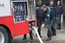 Deset dobrovolných hasičů ze Staré Břeclavi vyrazilo v pátek ráno ve dvou svých speciálech směr Praha. Pomáhat s odčerpáváním vody po povodních.Konkrétně do Černošic, které potrápila Berounka. Břeclavští dobrovolníci tam budou až do úterý odčerpávat vodu
