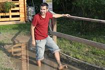 Šiškami, pískem, kamínky si mohou projít návštěvníci Stezky bosou nohou mezi Valticemi a Rakouskem. Na zastávkách je několik nenáročných atrakcí. I vyhlídka s pohledem do tří zemí, můstek z vratkých klád nebo asi osmimetrová skluzavka.