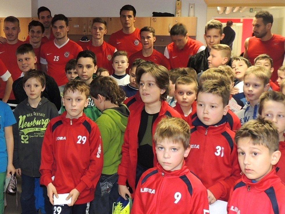 Malí fotbalisté Hrušek doprovázeli na hřiště své prvoligové idoly.